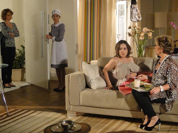 Agostina vai até a casa de Jéssica buscar as roupas de Berilo