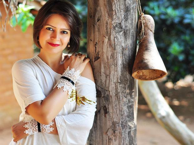 A cantora goiana Maria Eugênia encanta com a doce interpretação de 'Companheiro'