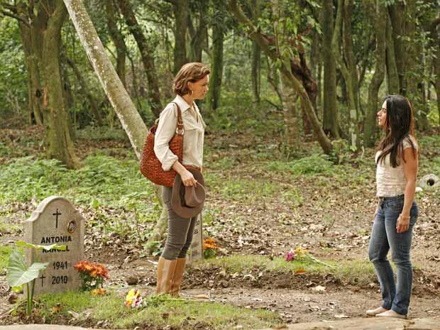 Amélia e Estela se encotnram no cemitério da estância