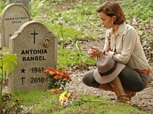 Amélia visita o túmulo de Antoninha