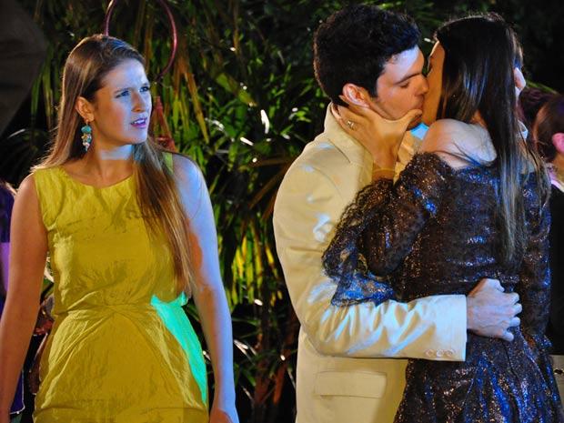 Marcão agarra Amanda e Pri fica chocada