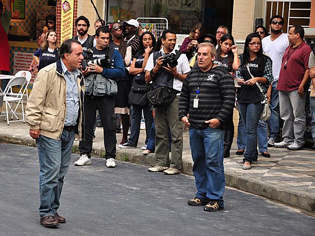 Sob o olhar da imprensa, Tony Ramos brinca com os colegas antes da gravação