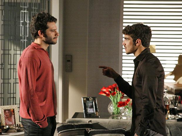 Edgar vai até a casa de Stela e enfrenta Renato