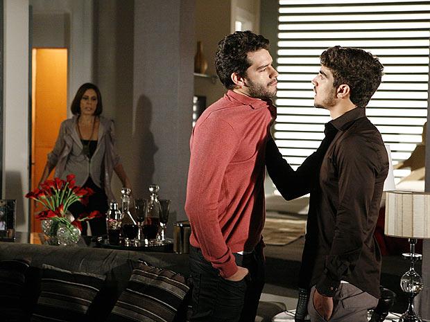 Stela chega em casa e vê Edgar discutindo com Renato