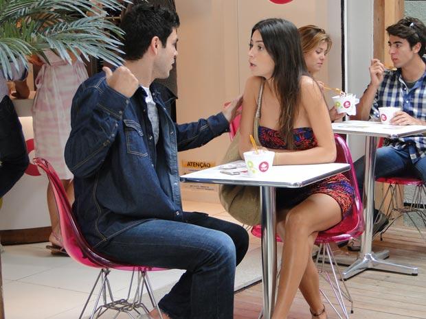 Sem o efeito do batom de Valentim, Marcão perde o interesse em Amanda e a deixa sozinha