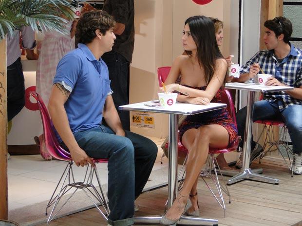 Logo após ser dispensada por Marcão, Amanda encontra Cadu, que também perde o ineteresse