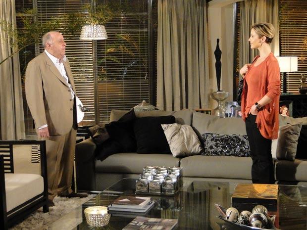 Marcela procura Giancarlo e avisa que precisa ter uma conversa com ele sobre Renato