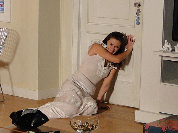 Diana sofre enquanto Mauro bate na porta