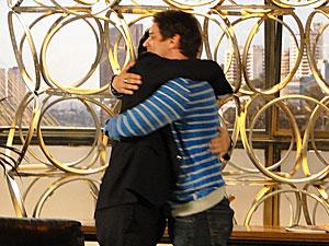 Os amigos se abraçam