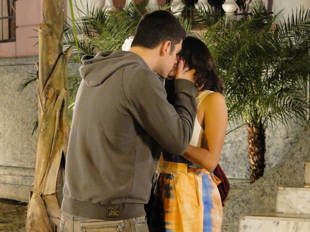 Pedro tasca o maior beijão em Gabi, que acaba cedendo