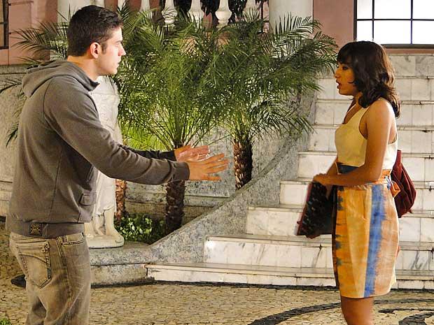 Gabi sai do beijo e manda Pedro ficar longe dela