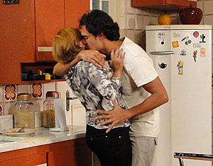 Quando Gino sai para comprar cerveja, Ramiro agarra Nicole