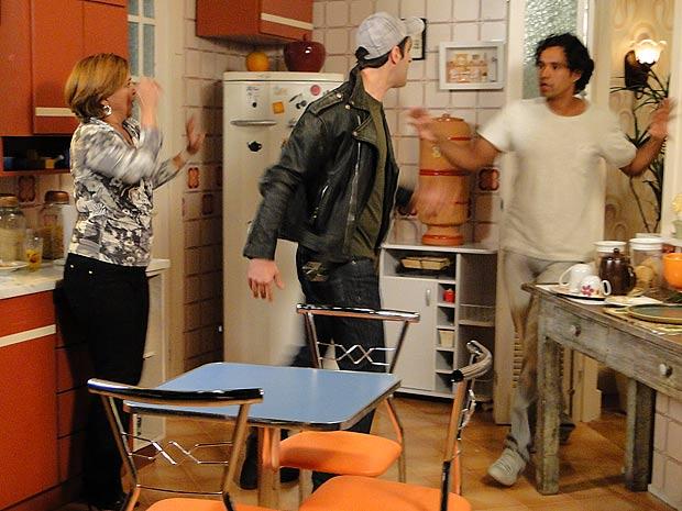 Chico chega na hora e coloca Ramiro para fora da casa de Nicole