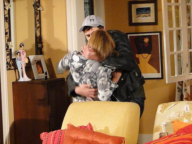 Chico também não resiste e agarra Nicole
