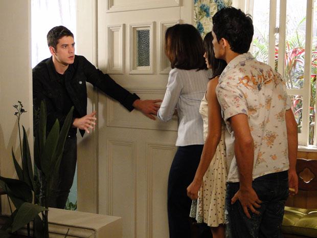 Ao saber, que ele é filho de Jacques, Marta o expulsa e pede para ele ficar longe de Gabi