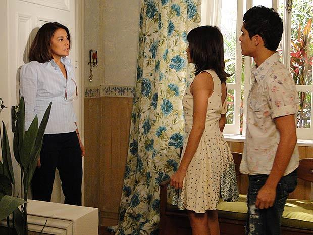 Assim que ele sai, Marta manda Gabi não se envolver com ele