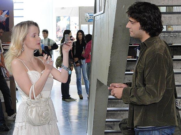 A pedido de Ari, Luti entrega o batom de Valentim para Camila e pede para ela experimentar