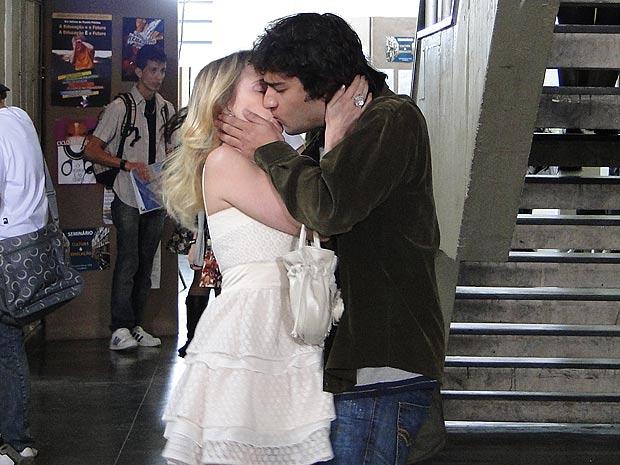 Quando ela tira o espelho da frente, Luti fica hipnotozada e a beija
