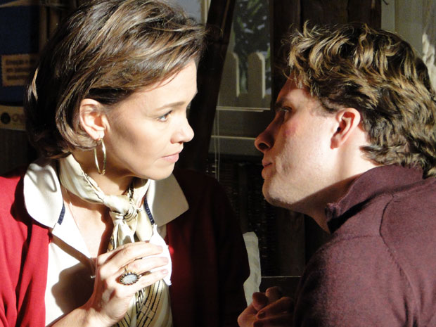 Amélia e Vitor relutam, mas se beijam em Araguaia