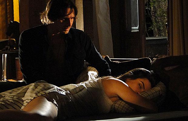 Solano encontra Estela na sua cama