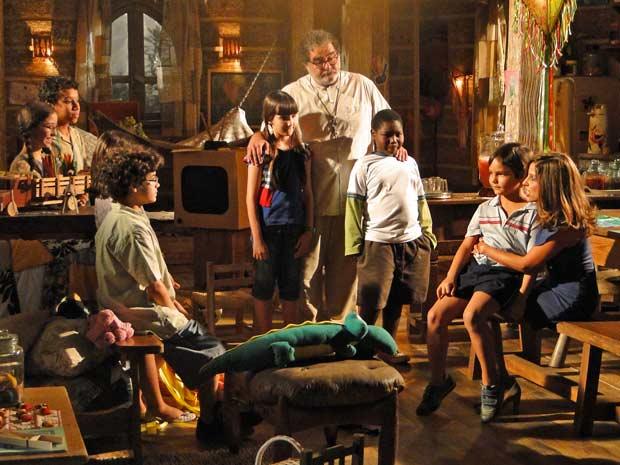 Dora vai até o orfanato e se encanta por Tomé