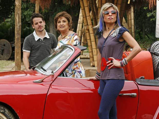 Beatriz, Lenita e Tavinho param na porta da estalagem