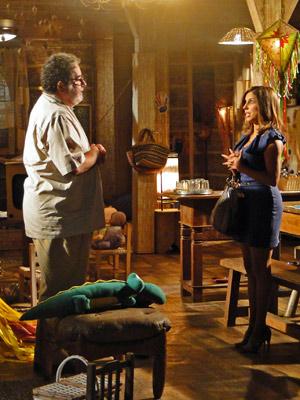 Dora e Emílio conversam sobre a adoção