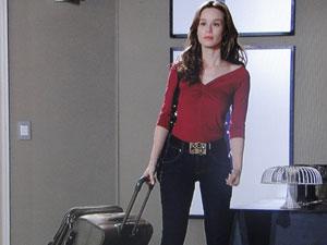 Clara chega com mala na casa de Totó
