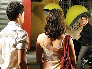 Pedro espera Gabi com uma rosa na mão