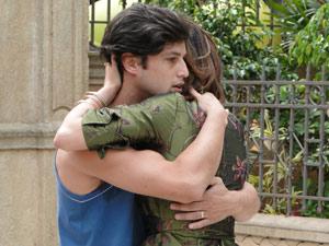 Armandinho passa na hora e ela corre para abraçá-lo