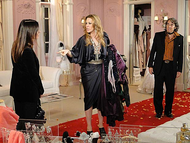 Jaqueline tem ataque de ciúmes e pega vestidos de Jacques
