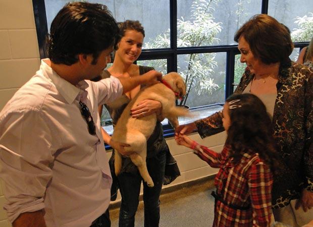 Cadelinha Nina recebe o carinho do elenco de Passione