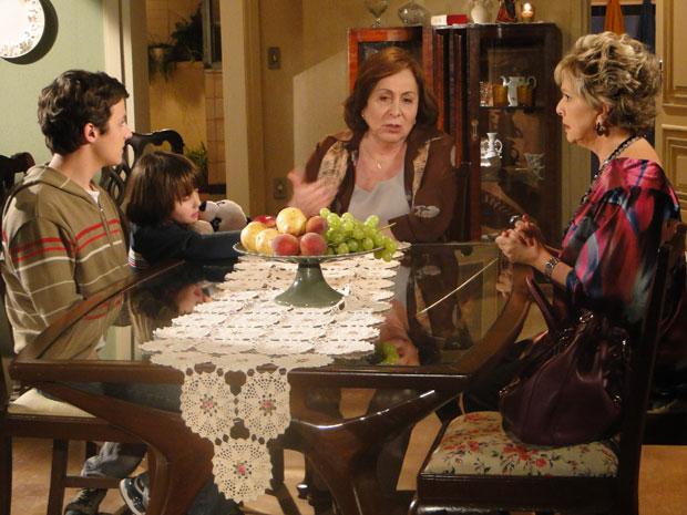 Gemma não curte muito a ideia, mas acaba aceitando jantar na casa de Clô