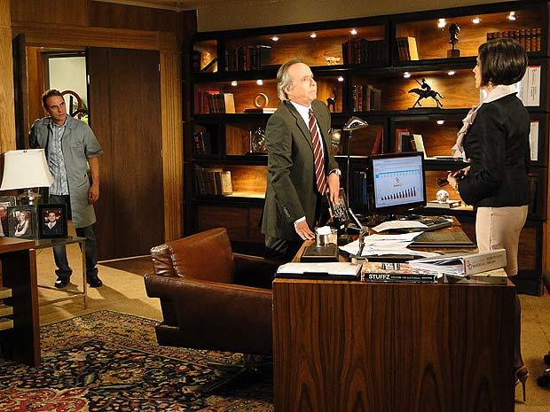 Gino entra na sala de Rebeca e ouve o pedido de casamento de Breno