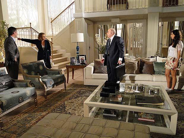 Bruna ouve a proposta de Giancarlo e o expulsa de sua casa
