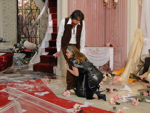 Desesperada, Jaquline se agarra às pernas de Jacques