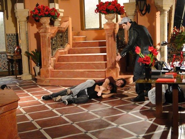 De repente, ele cai lá de cima assutando Ari, que parte para cima dele