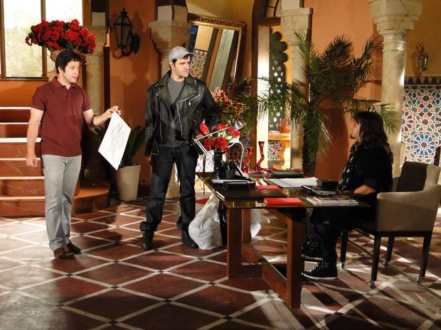 Ari pede para ele fazer um croqui e acaba contratando ele como assistente de Valentim