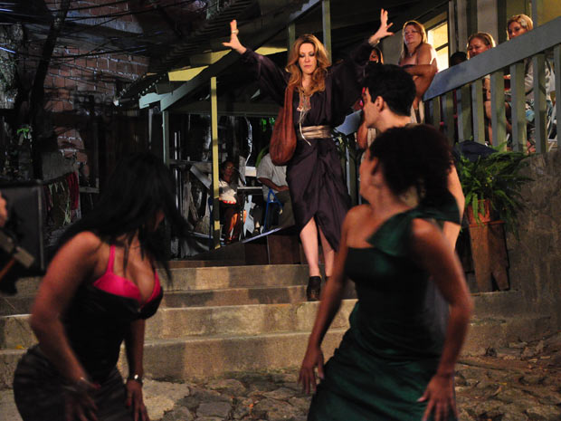 Para dar o troco em Jacques, ela doa os vestidos do estilista para mulheres da comunidade e arma um baile funk