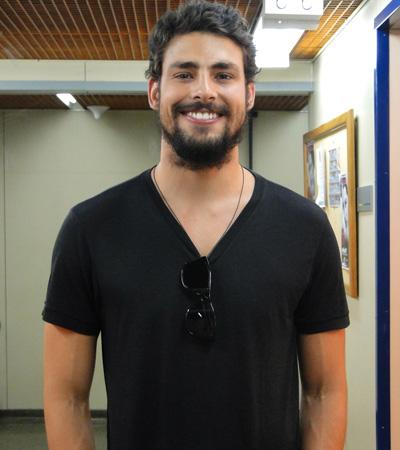 Cauã Reymond visita estúdio de Passione