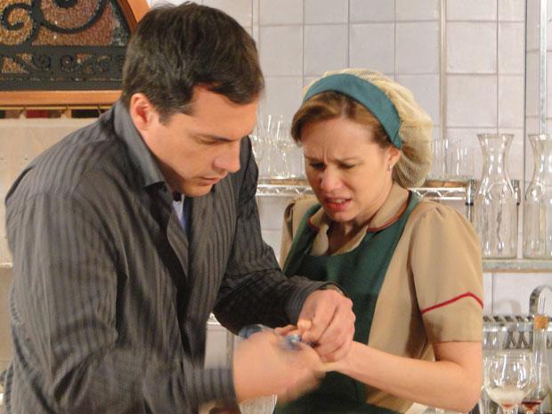 Clara machuca o dedo e Diogo ajuda a loura