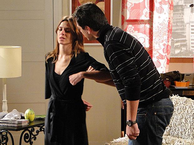 Diana se esforça para mentir que não ama Mauro
