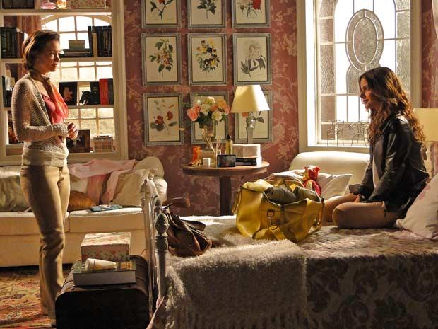 Manuela deixa a mãe constrangida ao perguntar se ela gostad e outra pessoa