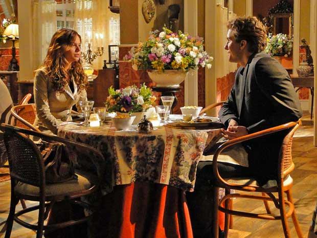Em um clima estranho, Manuela e Vitor jantam juntos