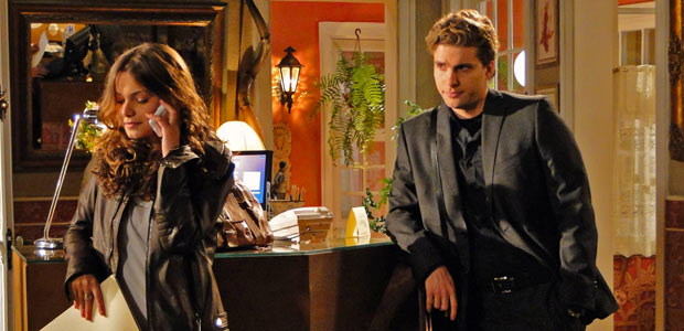 Vitor fica enciumado quando Manuela fala com Solano no telefone