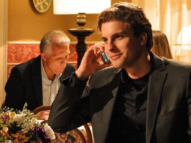 Vitor fala com Max no celular.
