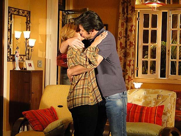 Ari beija Nicole depois que ela passa batom_02