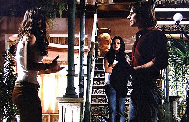 Estela tenta ouvir a conversa de Manuela e Solano