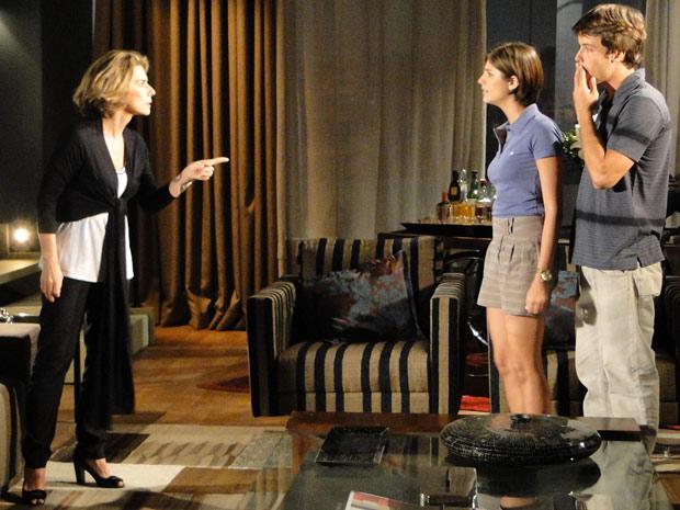 Stela revela que vai abandonar Agnello para o alívio de Lorena e Sinval