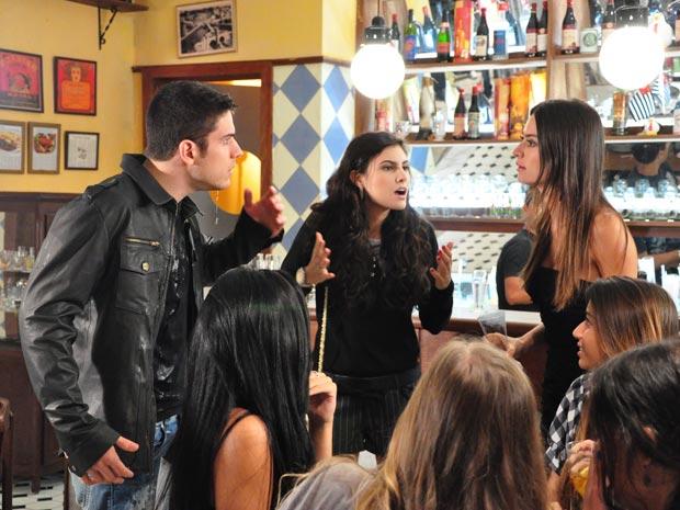 Amanda encontra Pedro em um bar e joga água nele